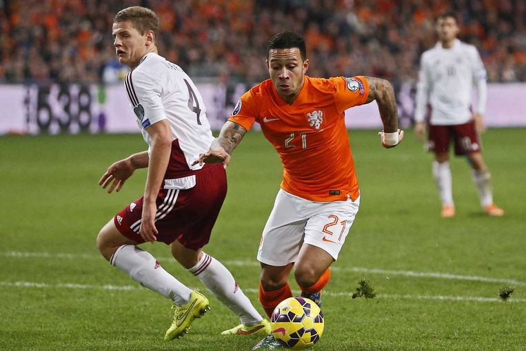 Memphis Depay in actie voor het Nederlands elftal tegen Letland. Beeld anp