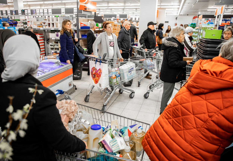Klanten doen boodschappen bij de Lidl supermarkt in Dordrecht. Beeld ANP