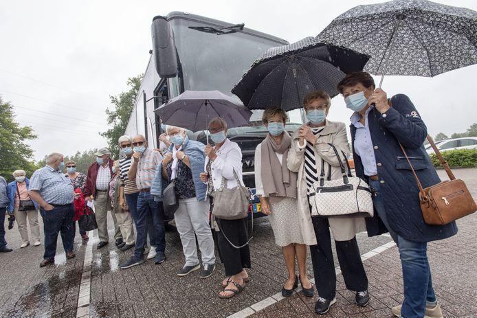Dertig enthousiaste reizigers stappen in de bus voor de eerste dagreis van Ter Beek Reizen sinds de coronamaatregelen.