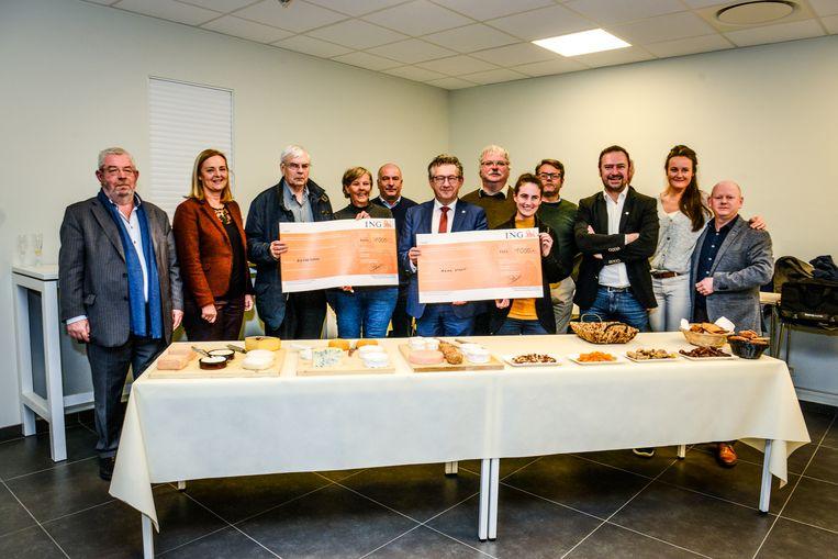 Uitreiking cheque kaasmarkt voor goede doelen Mama Start en het Berrefonds.