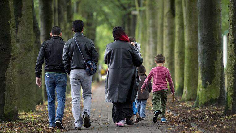 Asielzoekers arriveren bij de Van Horne Kazerne. Beeld anp