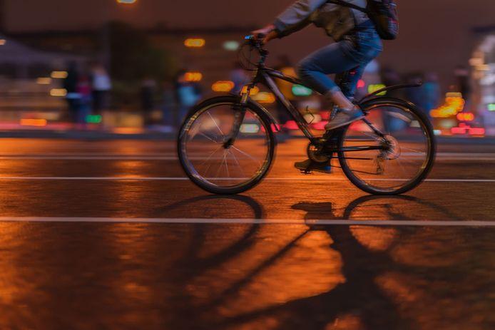 De fietser reed dronken tegen een stilstaande taxi.
