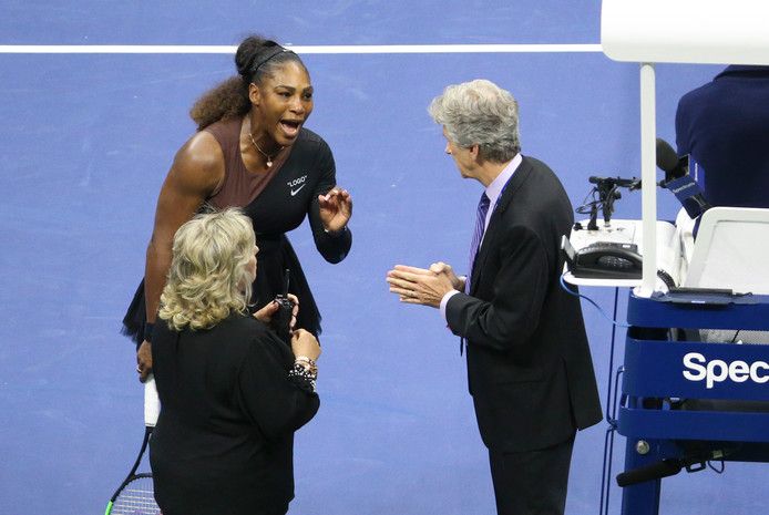 Serena Williams in discussie met US Open-hoofdumpire Brian Earley. Op de stoel (rechts) zit umpire Carlos Ramos.