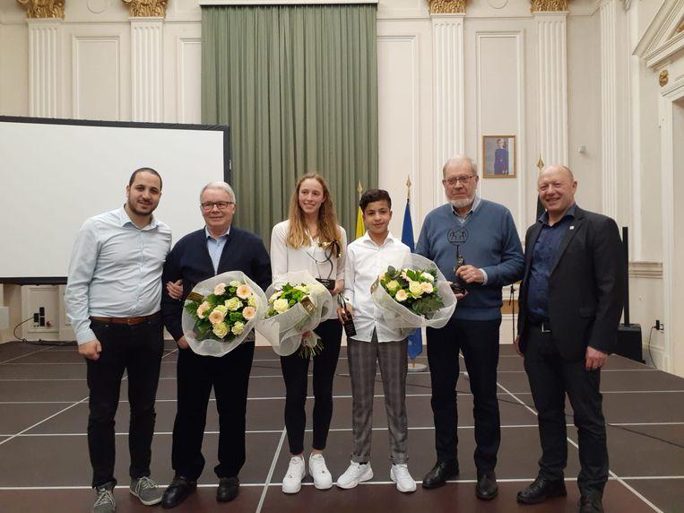 Sportievelingen vallen in de prijzen van links naar rechts: Moad El Boudaati, Noor Vidts, Mehdi AMri, Raymond Seneca en Hans Bonte