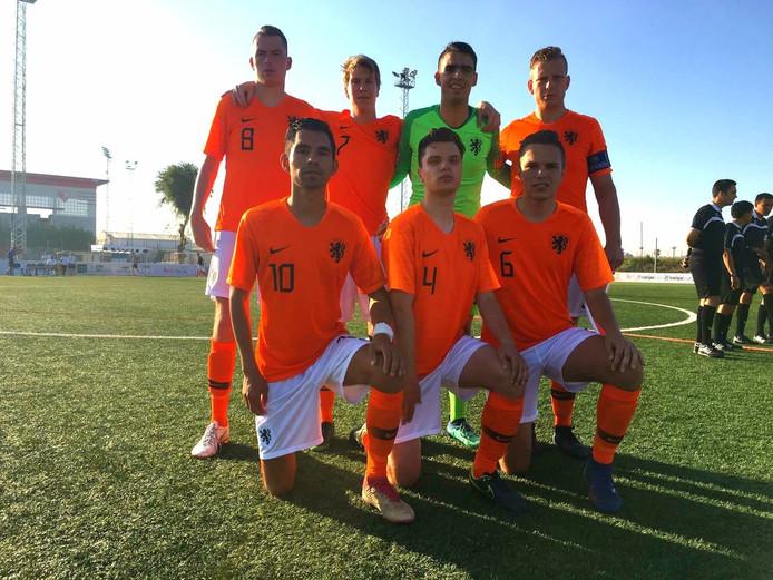 Het Nederlands CP-voetbalteam voor aanvang van het WK-duel tegen Thailand. In het midden gehurkt zit Harm Panneman (4).