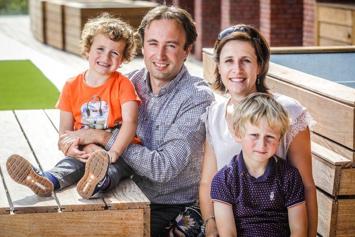 Werknemer Tom Lanckriet en echtgenote Stefanie Willaert, met hun zoontjes Rune (links) en Maxime (rechts).