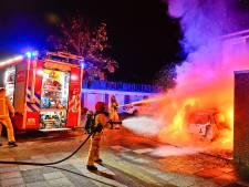 Geparkeerde auto gaat in vlammen op in Dommelen