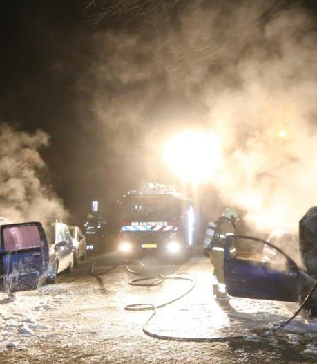 Twee auto's gaan in dezelfde straat in Den Bosch in vlammen op