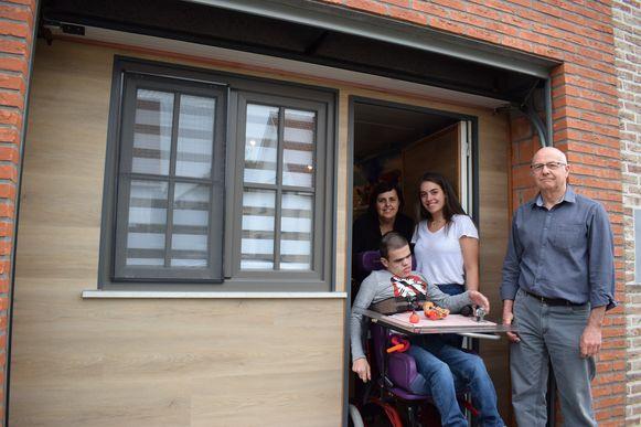 Pépé José met kleinkinderen Thomas en Lieselothe en dochter Martine voor de 'slaapkamergarage'.