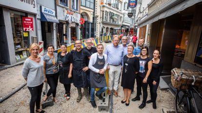Handelaars Kleine Maastrichterstraatje verleiden klanten ondanks de werken