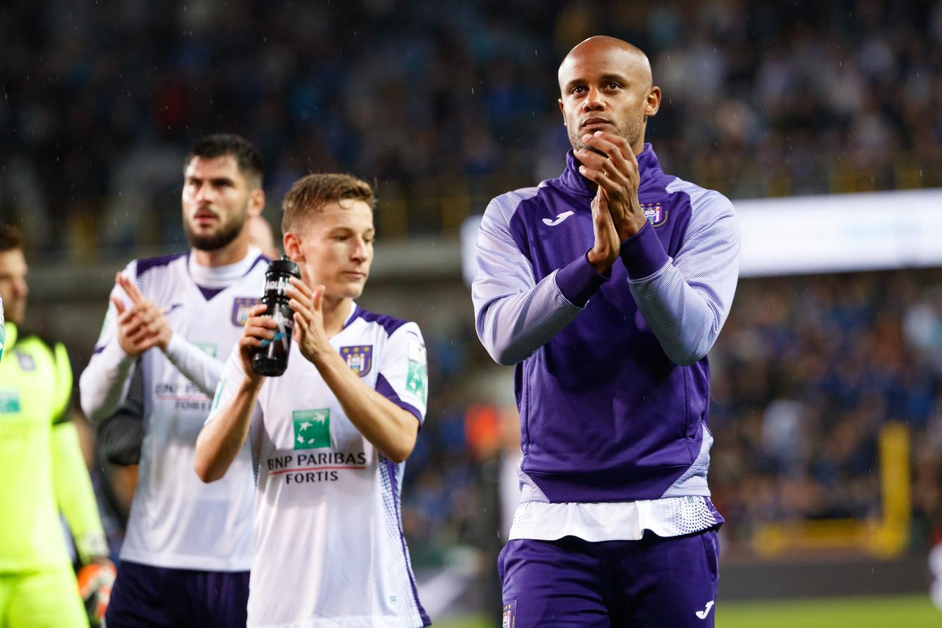 Vincent Kompany bedankt het publiek van Anderlecht.