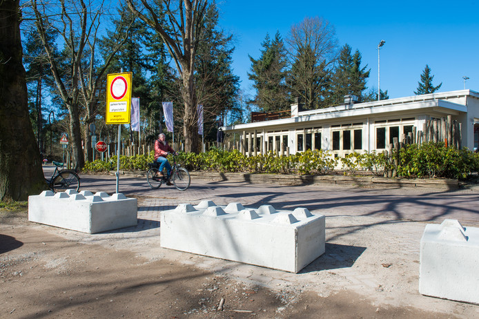 Eén van de gewraakte borden op het parkeerterrein naast restaurant De Kogelvanger aan de Galderseweg in Breda met opschrift: 'Parkeerterrein afgesloten wegens privé-eigendom'.