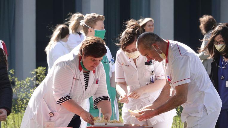 Enkele medewerkers van Frituur Bossuwé hebben het zorgpersoneel van AZ Groeninge getrakteerd op frietjes.