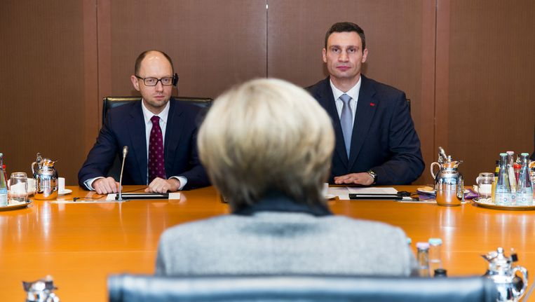 Arseni Jatsenjoek en Vitali Klitschko maandag tegenover de Duitse bondskanselier Merkel. Beeld getty