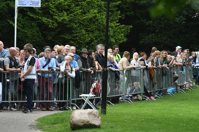 Het publiek is massaal toegestroomd om een glimp van koning Willem-Alexander op te vangen.