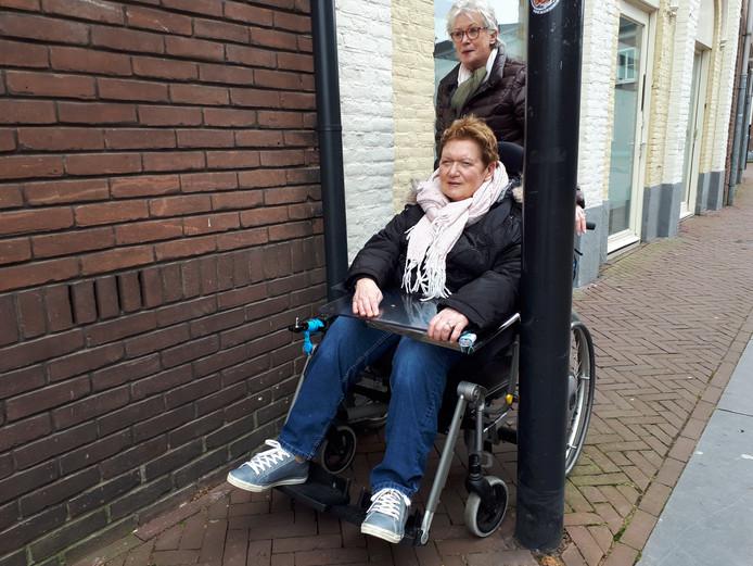 Annie van Wanrooij wandelt met haar schoonzus Ria richting C&A, maar moet haar route op dit punt wijzigen.