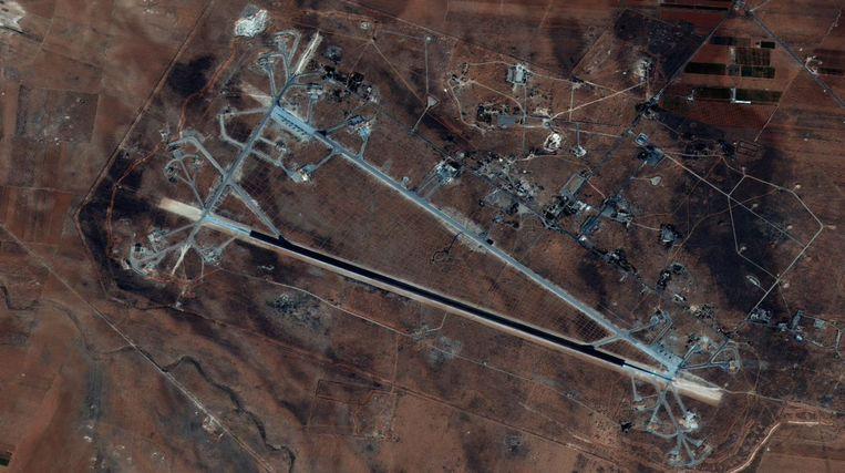 Het doelwit: de luchtmachtbasis Shayrat in handen van het Syrische regeringsleger.