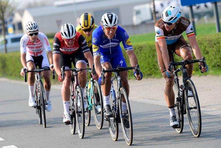 Philippe Gilbert en Oliver Naesen trekken de groep.