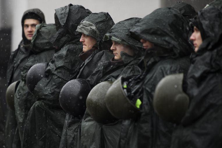 Agenten bewaken het parlementsgebouw in Kiev, twee dagen nadat demonstranten tussen Michael Saakasjvili en de veiligheidsdiensten kwamen die hem op wilden pakken. Beeld photo_news