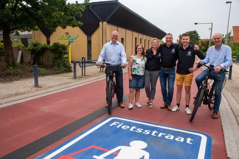 De Ouderraad is blij met de nieuwe fietsstraat voor de deur van de Sint-Elooi basisschool en dankt het bestuur van burgemeester Filip Thienpont en schepen Luc Van Huffel.