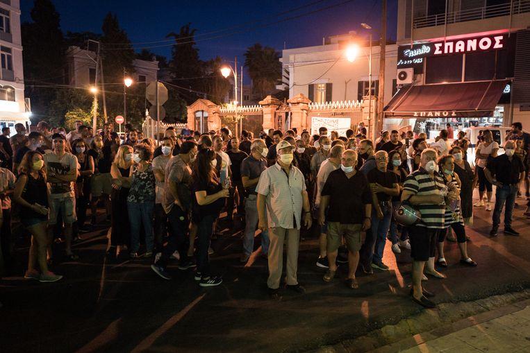 Burgers protesteren tegen de jarenlange aanwezigheid van de duizenden migranten op hun eiland en de mogelijke komst van een tweede opvangkamp. Beeld Nicola Zolin