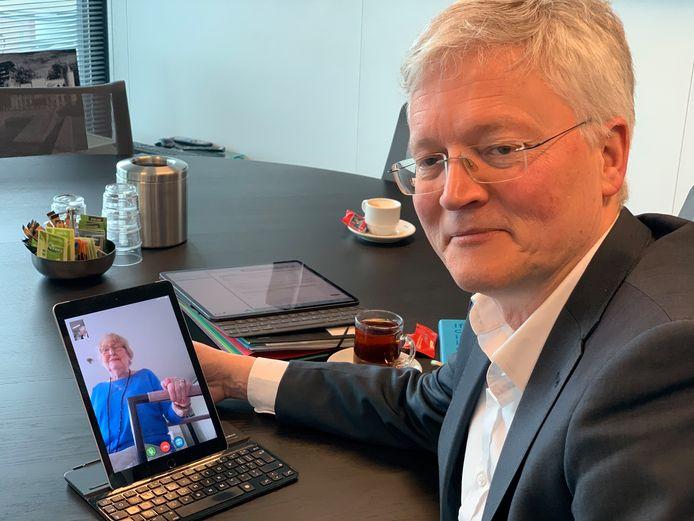 Burgemeester Theo Weterings videobelt met Ans van der Drift.