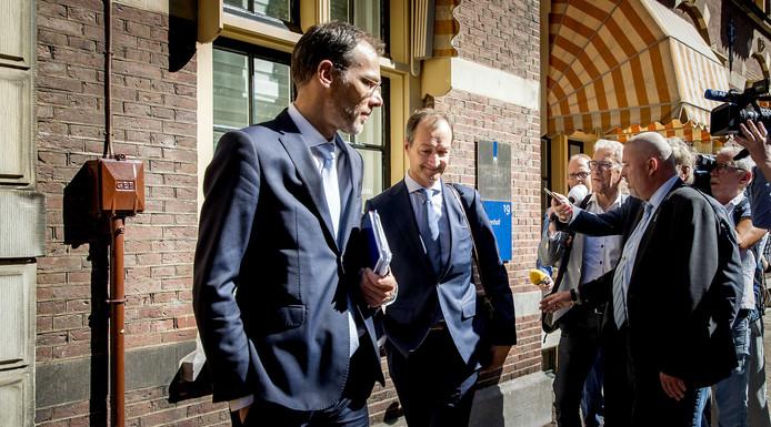 Minister Wiebes (midden), eerder vandaag bij een extra ministerraad over de gevolgen van het terugdraaien van de Groningse gaswinning.