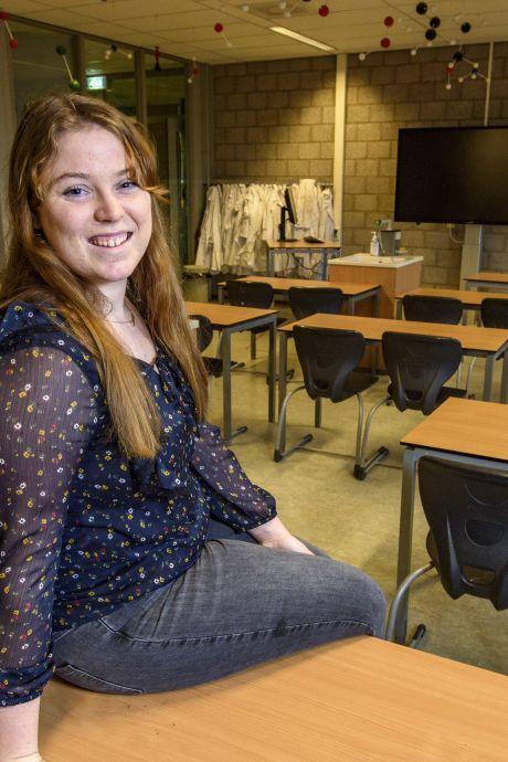 Sarah (18) heeft net haar havodiploma en staat nu al noodgedwongen voor de klas op middelbare school in Warnsveld