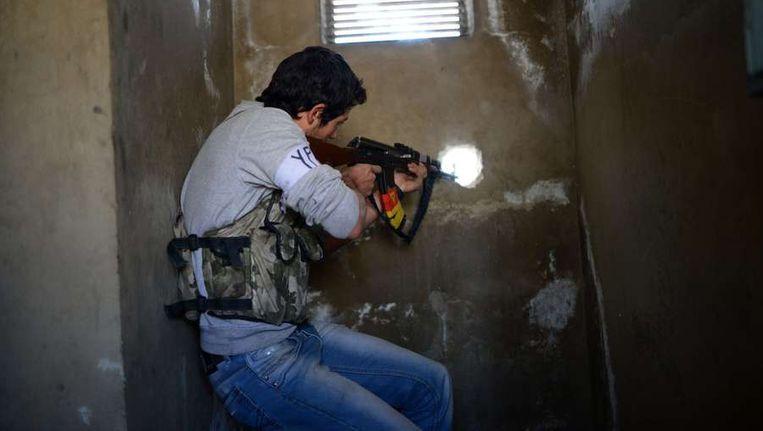 Een strijder van het Vrije Syrische Leger in Aleppo. Beeld afp
