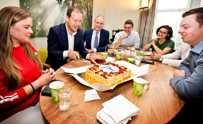 Om te vieren dat de PvdA zich aansluit bij Coalitie-Y bracht PvdA-leider Lodewijk Asscher vandaag taart naar ChristenUnie-voorman Gert-Jan Segers en afgevaardigden van zes jongerenorganisaties.