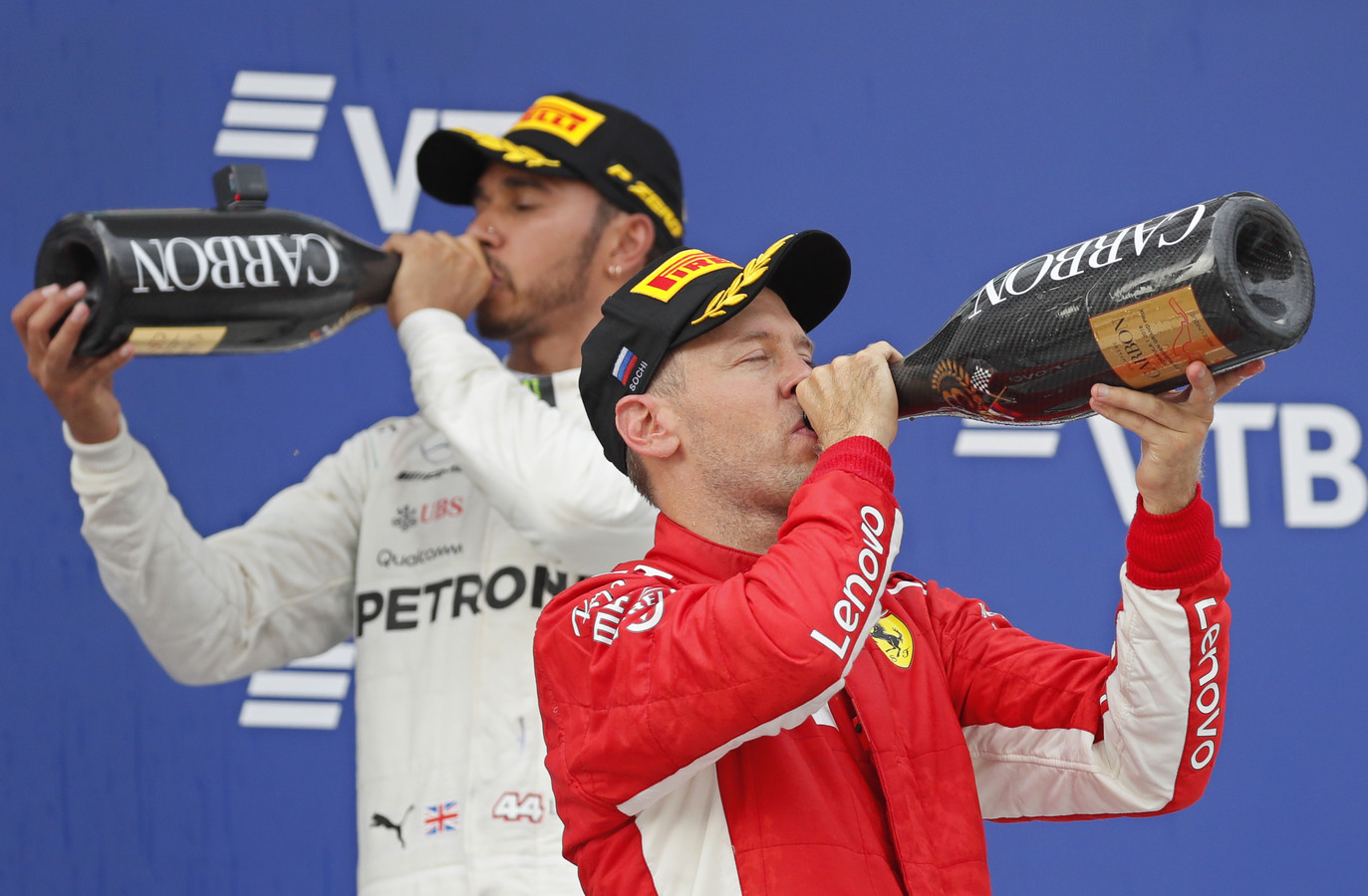 Hamilton en Vettel, samen op het podium na de Russische GP in Sotsji.