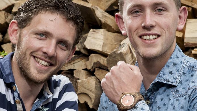 Johnny en Robert Spies showen één van hun houten creaties