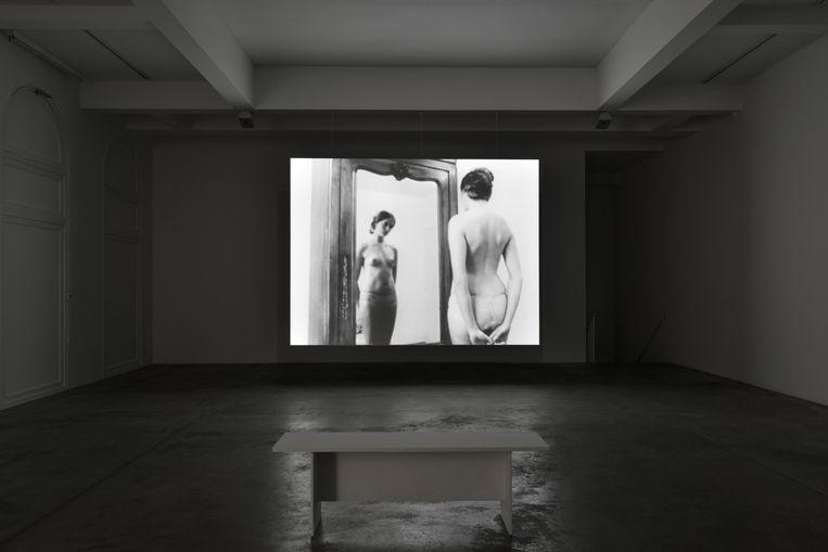 In the Mirror (2007): kijken via de blik van de regisseur naar een vrouw die zichzelf bekijkt met de blik van anderen in haar hoofd.  Beeld Chantal Akerman/Eye