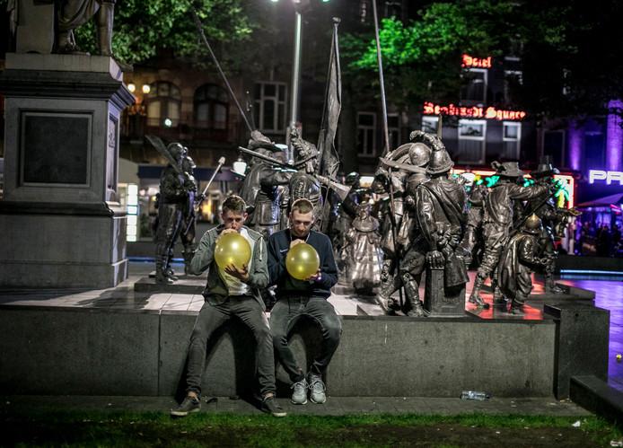 Amsterdam Legt Verkoop Lachgas Op Straat Aan Banden
