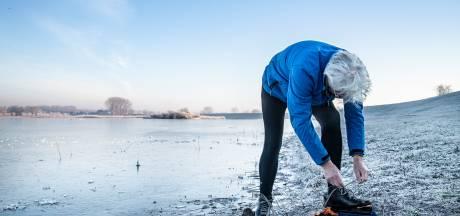 Ferry uit Nijmegen maakt zijn eerste slagen op het flinterdunne ijs: 'Het is veel te gevaarlijk'