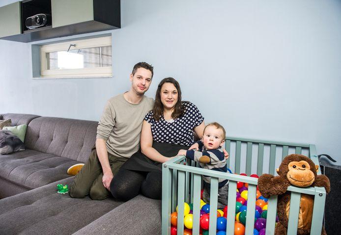 Rob (31) en Bente (28) Meijs met Ibbe (1), die ze kregen dankzij eiceldonatie via een kliniek. Ze willen graag een tweede kind.