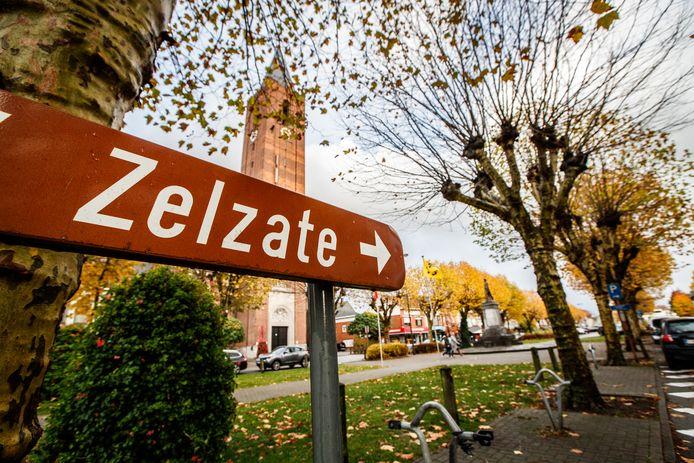Centrum Zelzate, zaterdagavond 22 februari trekt er voor het eerst sinds jaren een carnavalsstoet doorheen.