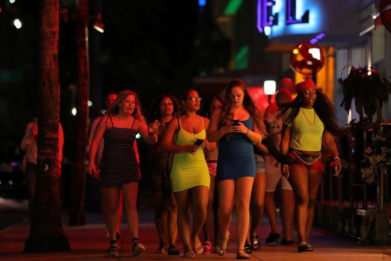 Studenten in de straten van Miami Beach.