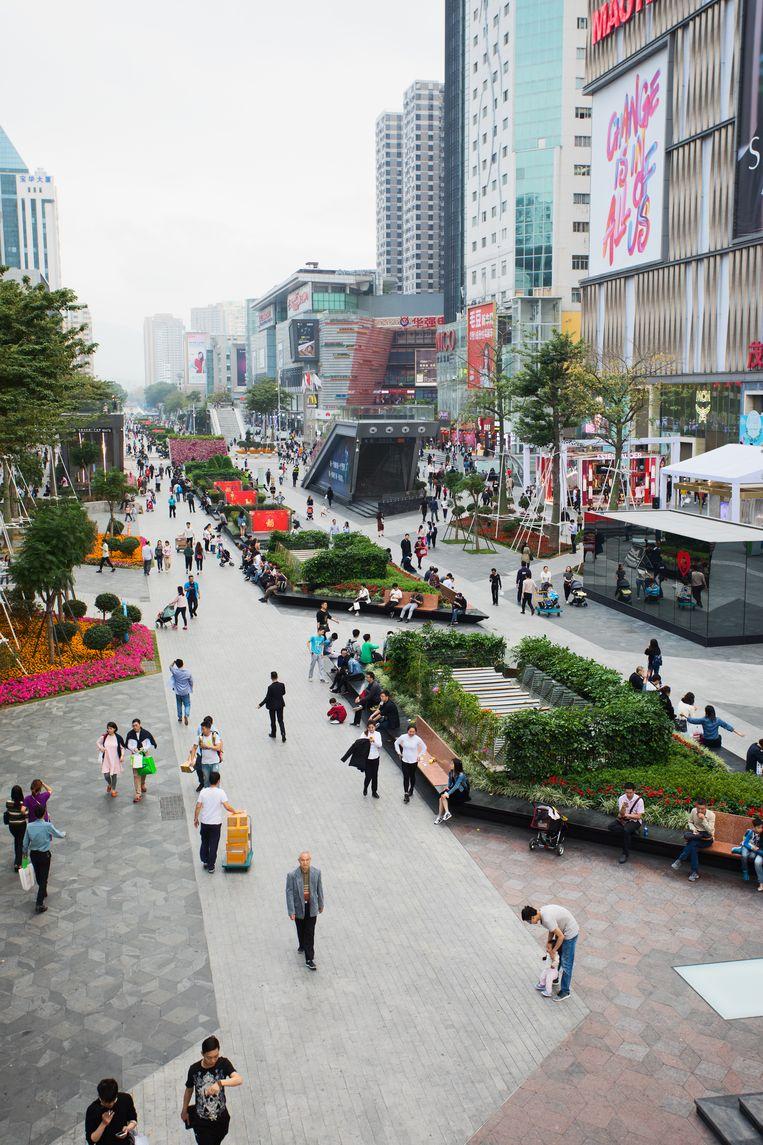 Mensen wandelen over de promenade bij de Huaqiangbei electronic market - de grootste electronicamarkt van de wereld. Beeld null