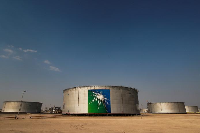 Opslagtanks in Abqaiq, de grootste olieraffinaderij ter wereld.