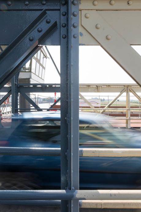Burgers mogen half afgeschilderde Oude IJsselbrug niet zelf verven