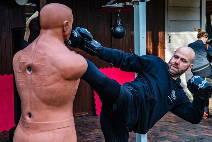 De Feelgood Fabriek in Twello geeft nog kickbokstrainingen. Trainer Hans Boerkamp laat zien hoe het moet.