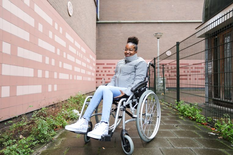 Yaël Bouterse kreeg een lichtgewicht rolstoel. Beeld Eva Plevier