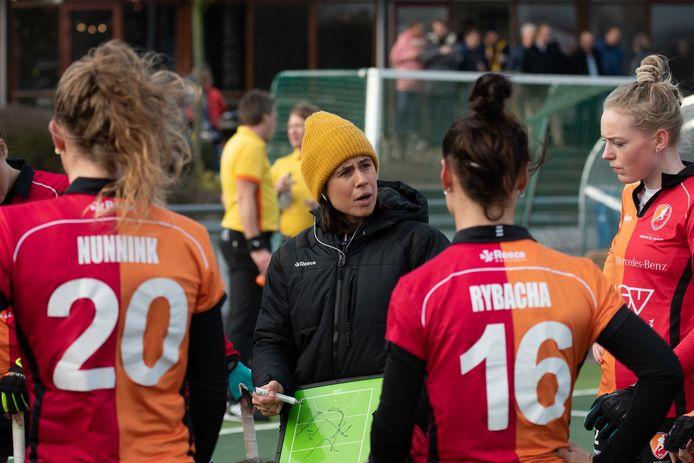 Tina Bachmann geeft de speelsters van Oranje-Rood aan hoe ze moeten lopen in het veld.