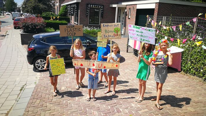 """Nora, Dagmar, Mats, Max, Vere, Suze en Fleur (allemaal 9 behalve Mats (6)) voeren actie voor de natuur. ,,Wij willen een schone toekomst."""""""