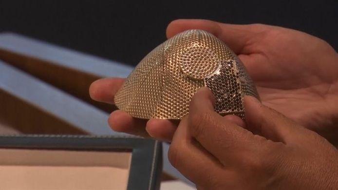 Isaac Levy confectionne un masque coûteux en or blanc 18 carats, incrusté de 3 600 diamants.
