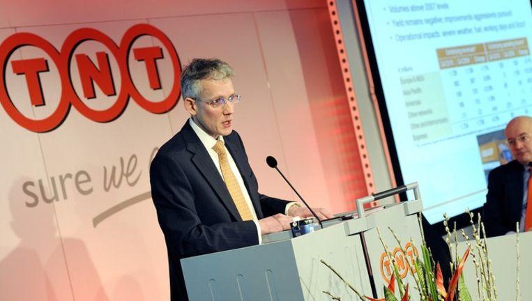 Bestuursvoorzitter Peter Bakker (R) en financieel directeur Bernard Bot (L) geven maandag een toelichting op de jaarcijfers van TNT. Beeld anp