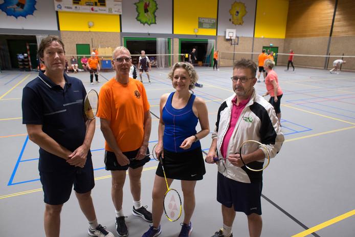 Van links naar rechts de vier voorzitters Peter van Dijk (Flash Vorden), Jan Klein (Badmintonclub Zelhem), Ine Galle (Badminton Club Steenderen) en Hans Zweverink (Hengelose Badminton Club).