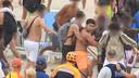 De politie is op zoek naar de man met oranje short hier in het midden op de foto.