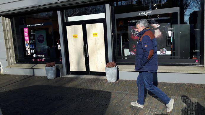 Een houten nooddeur in de gevel van ICI Paris in Oisterwijk.